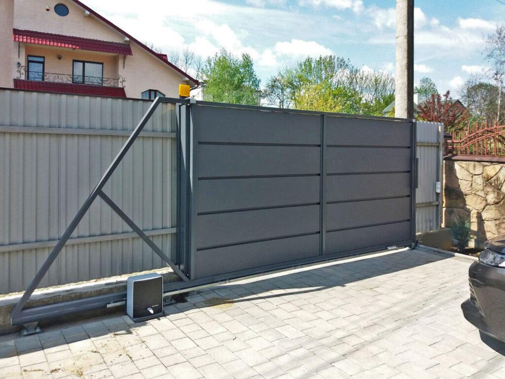 Відсувні ворота з металевої панелі