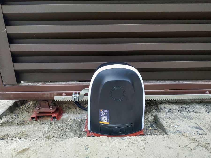 Автоматика для відсувних воріт Alutech ROTO і зубчаста рейка, приварена до полотна