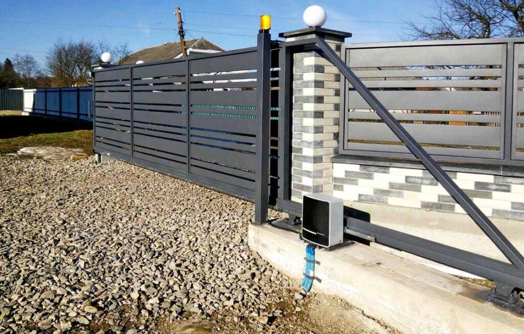 Полотно відсувних воріт із противагою, встановлене на бетонній основі, в якій міститься закладна рама