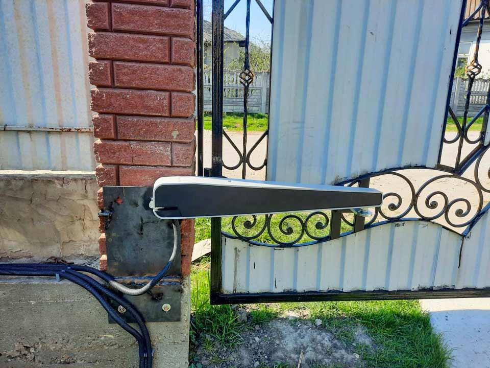 Автоматичні розпашні ворота з моторами Comunello Abacus на стовпцях, підсилених металевою пластиною для надійного кріплення