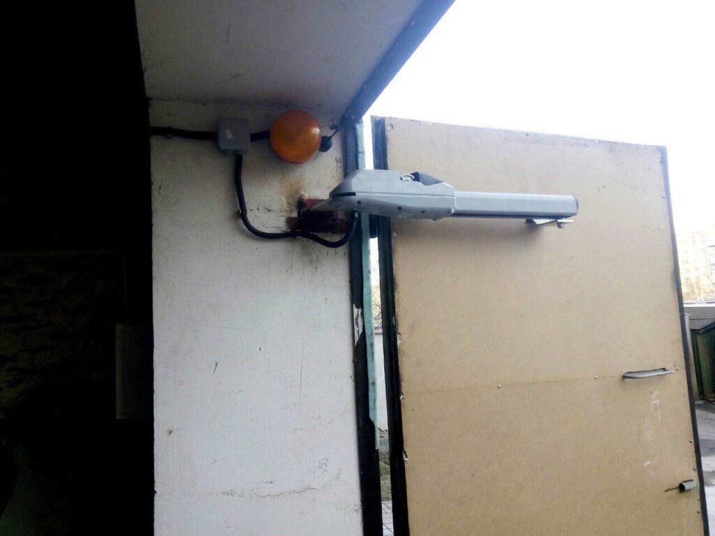 Монтаж розпашної автоматики на гаражних двостулкових воротах в Івано-Франківську